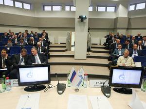 Участники совещания пореализации программы использования газомоторного топлива натранспорте